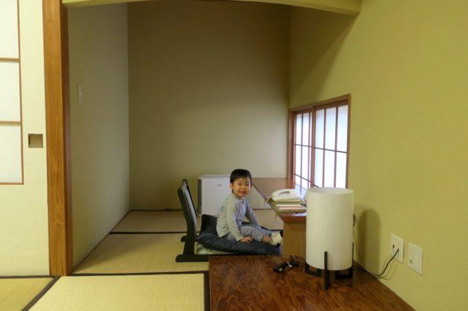 宮崎・綾町「酒泉の杜 綾陽亭」離れの和室にある書斎。