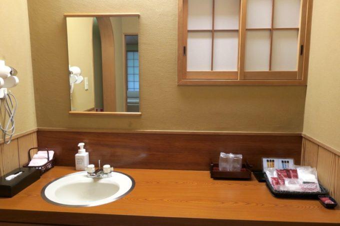 宮崎・綾町「酒泉の杜 綾陽亭」離れの広い洗面所。