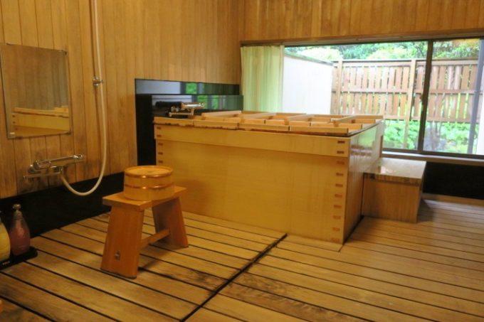 宮崎・綾町「酒泉の杜 綾陽亭」離れの大きな檜風呂。