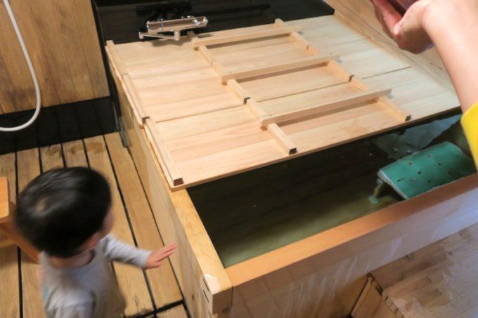 宮崎・綾町「酒泉の杜 綾陽亭」離れの大きな檜風呂にはお湯が張られていた。