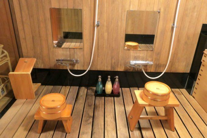 宮崎・綾町「酒泉の杜 綾陽亭」離れのお風呂にある洗い場。