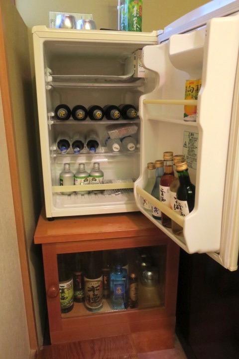 宮崎・綾町「酒泉の杜 綾陽亭」離れの冷蔵庫には、雲海酒造のお酒類が勢揃い。