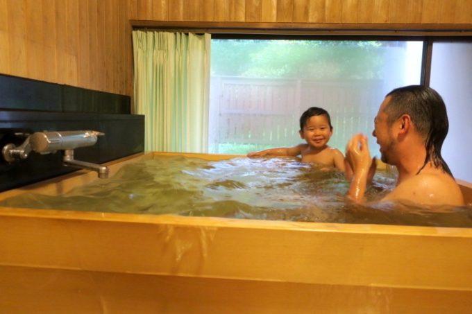 宮崎・綾町「酒泉の杜 綾陽亭」離れの檜風呂に入るお子サマーとご主人サマー。