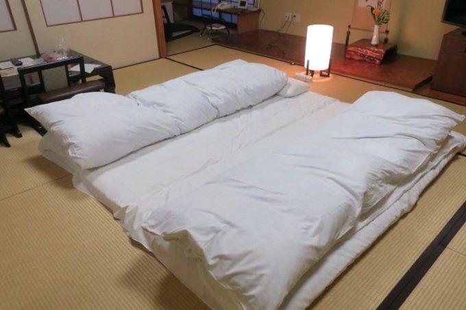 宮崎・綾町「酒泉の杜 綾陽亭」離れの和室に敷かれた布団。