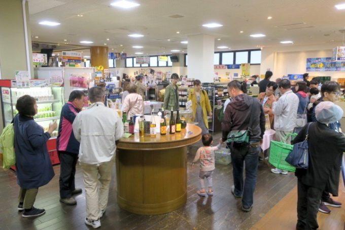 宮崎・綾町「酒泉の杜」の売店・杜の酒蔵は試飲する人たちで賑わっていた。
