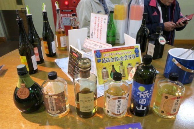 宮崎・綾町「酒泉の杜」の売店・杜の酒蔵の麦焼酎やウイスキー、リキュールなどの試飲コーナー。