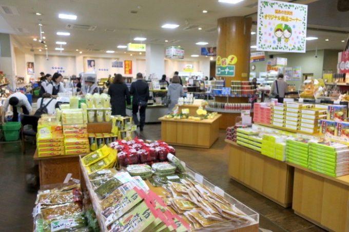 宮崎・綾町「酒泉の杜」の売店・杜の酒蔵のお土産コーナー。