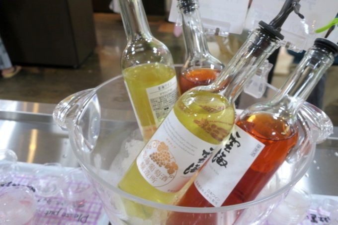 宮崎・綾町「酒泉の杜」の売店・杜の酒蔵の試飲用ワイン。