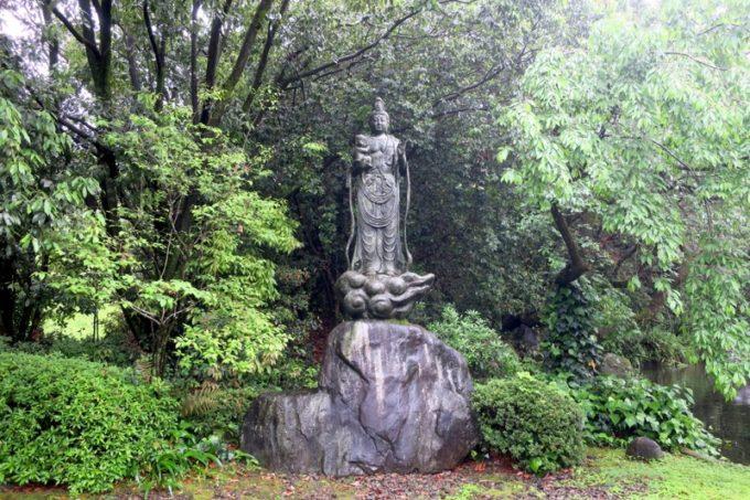 宮崎・綾町「酒泉の杜 綾陽亭」の裏庭にあった菩薩。