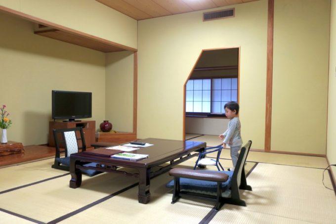 宮崎・綾町「酒泉の杜 綾陽亭」離れの和室と、奥にある次の間。