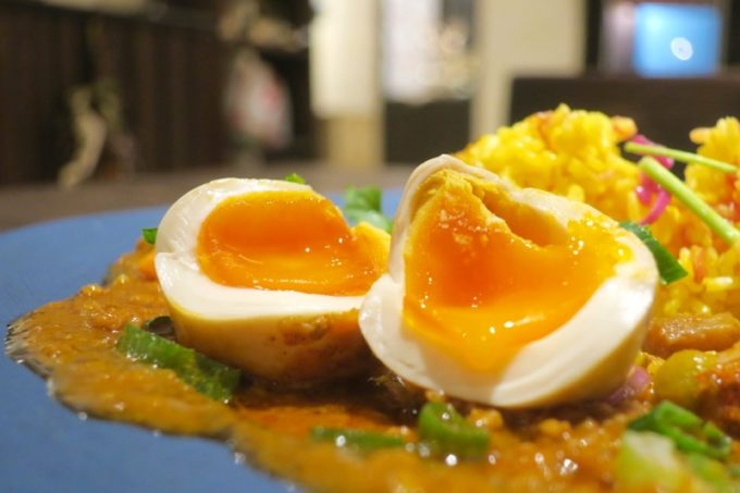 沖縄市・パルミラ通り「スパイスカレーパルミラ(SPICECURRY PALMYRA)」の半熟味玉(+100円)のとろとろな雫がたまらん。