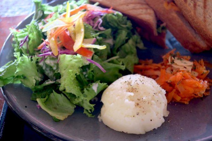 北谷「VONGO & ANCHOR(ボンゴ・アンド・アンカー)」のサンドイッチをプレートで注文すると、本日のスープ・ハウスサラダ・デリ2品がついてくる。