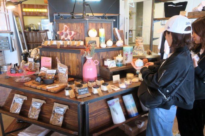 北谷「VONGO & ANCHOR(ボンゴ・アンド・アンカー)」では飲食だけではなくギフトやお土産品を購入することもできる。