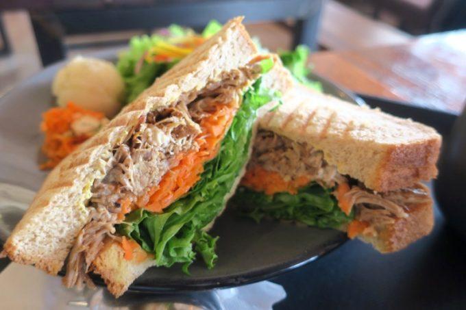 """北谷「VONGO & ANCHOR(ボンゴ・アンド・アンカー)」のサンドイッチ、プルドポーク""""ブリッツ""""は単品だと980円"""