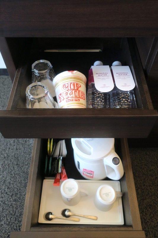 熊本「ANAクラウンプラザホテル熊本ニュースカイ」無料のお茶や、有料のカップラーメン。