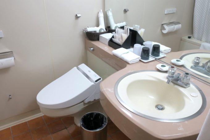 熊本「ANAクラウンプラザホテル熊本ニュースカイ」洗面台と温水洗浄器付きトイレ。
