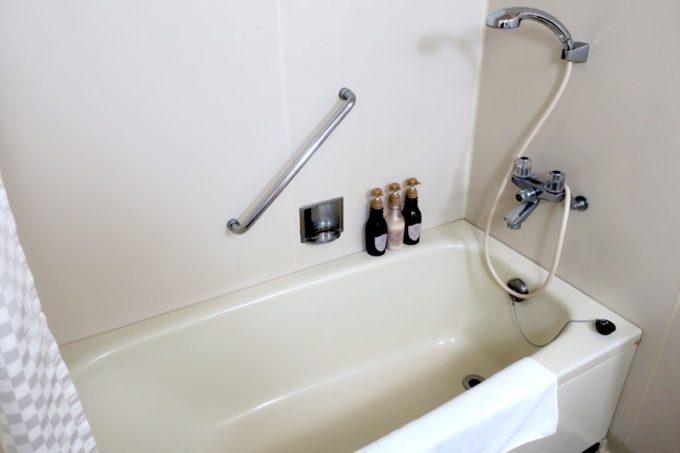 熊本「ANAクラウンプラザホテル熊本ニュースカイ」の浴槽とシャワー