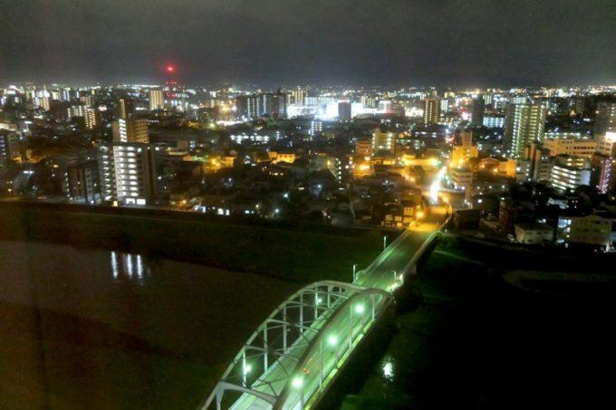 熊本「ANAクラウンプラザホテル熊本ニュースカイ」の客室からの眺め(白川と熊本市内、夜景その1)