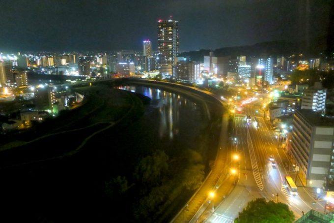熊本「ANAクラウンプラザホテル熊本ニュースカイ」の客室からの眺め(白川と熊本市内、夜景その2)