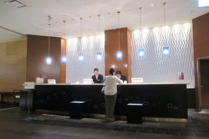 熊本「ANAクラウンプラザホテル熊本ニュースカイ」のフロント。