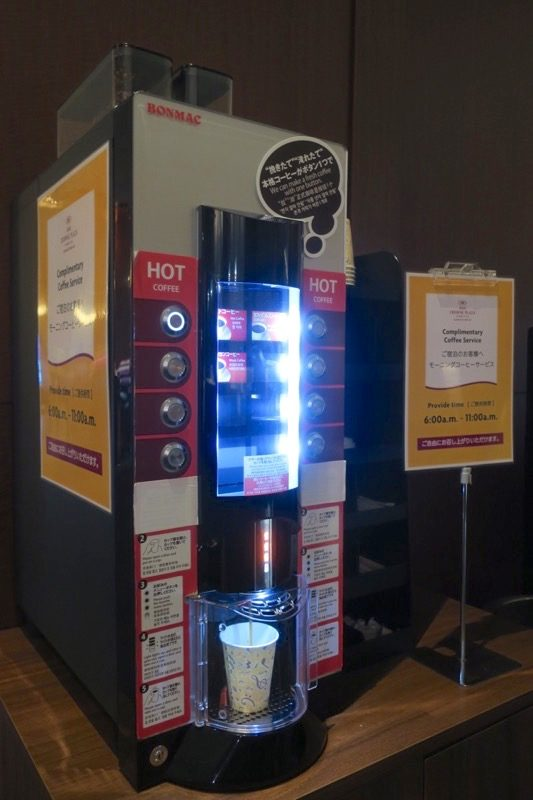 熊本「ANAクラウンプラザホテル熊本ニュースカイ」宿泊者向けモーニングコーヒーの無料サービスがフロントで行われていた(朝6~11時まで))