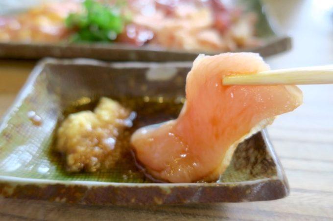 宮崎・都城「ふれあいの里 梅北本店」で食べた地鶏刺身の胸肉。