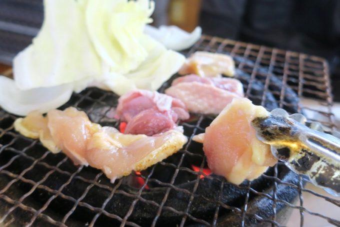 宮崎・都城「ふれあいの里 梅北本店」炭火焼きの七輪がテーブルにセットされ、お肉を焼いていく。