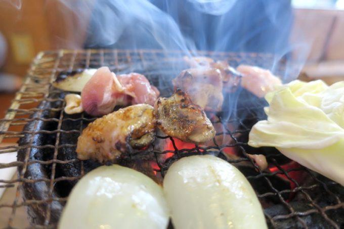 宮崎・都城「ふれあいの里 梅北本店」宮崎地鶏を炙って、煙が上がる。