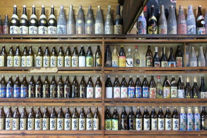 宮崎・都城「ふれあいの里 梅北本店」1階に並ぶ焼酎のボトルに圧巻。