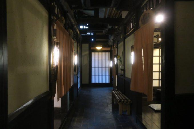宮崎「極楽温泉 匠の宿」囲炉裏庵の廊下。