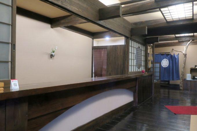 宮崎「極楽温泉 匠の宿」の朝食会場は、フロント奥にある山水だった。