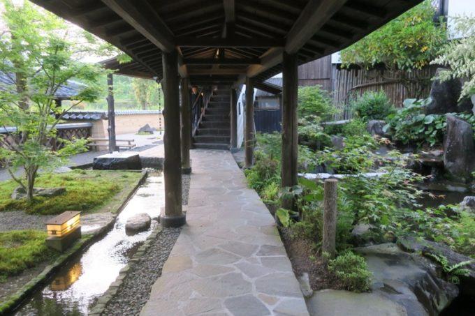 宮崎「極楽温泉 匠の宿」の客間に続く外廊下と池