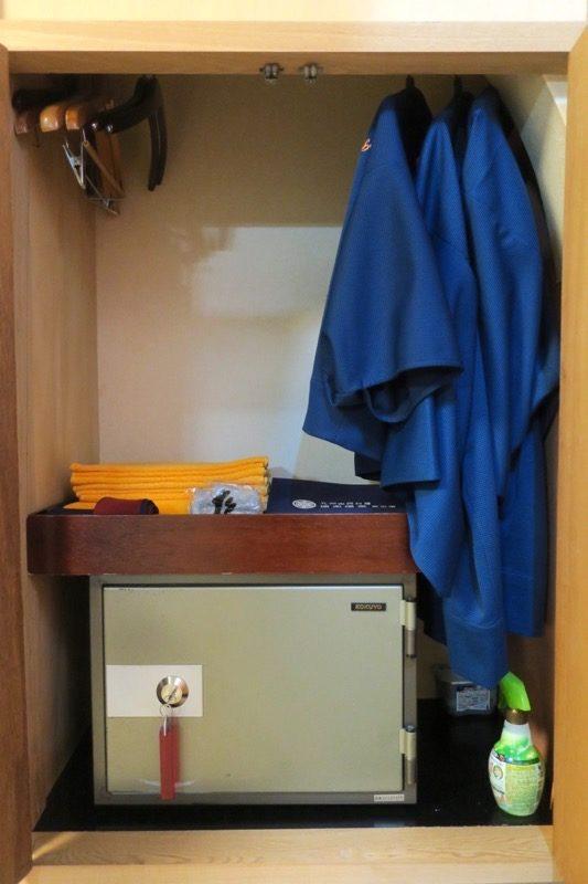 宮崎「極楽温泉 匠の宿」12畳和室の押入れにあった部屋着と金庫など。