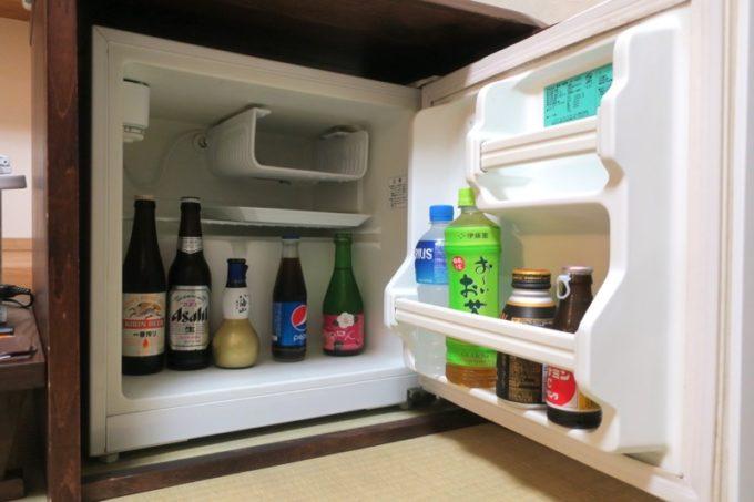 宮崎「極楽温泉 匠の宿」12畳和室の冷蔵庫。