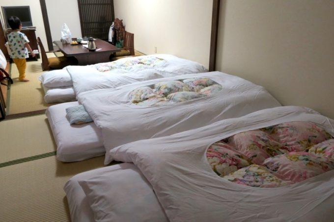 宮崎「極楽温泉 匠の宿」12畳和室に敷かれた敷布団3組。