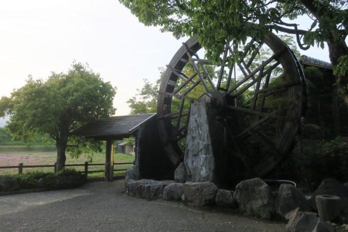 宮崎「極楽温泉 匠の宿」の入り口にある大きな水車