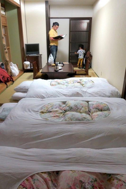 宮崎「極楽温泉 匠の宿」布団3組を敷いた時の12畳和室の部屋の様子。