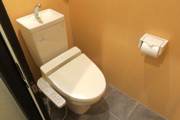 宮崎「極楽温泉 匠の宿」の部屋にある洗浄機能付きトイレ。