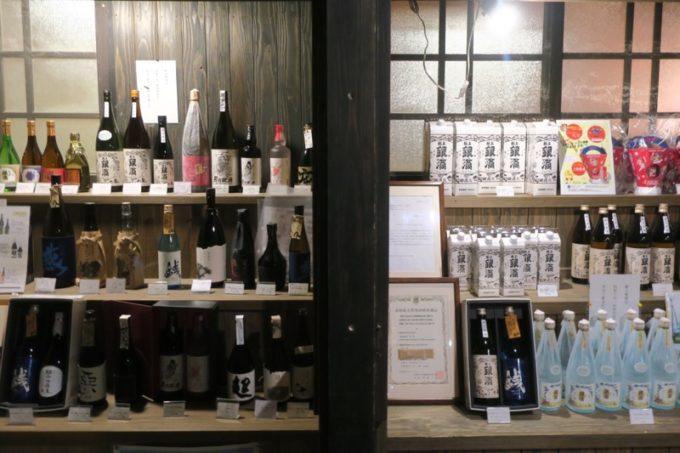 宮崎「極楽温泉 匠の宿」売店の外側に並べられたお酒類。