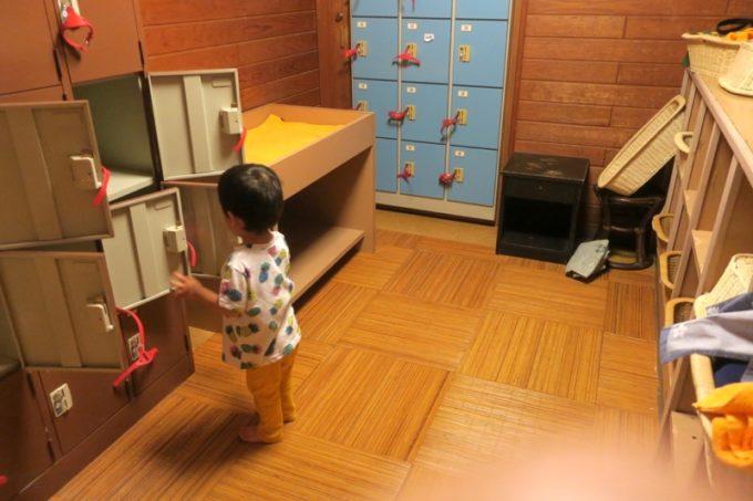 宮崎「極楽温泉 匠の宿」の脱衣所の様子(ロッカー・おむつ交換台など)