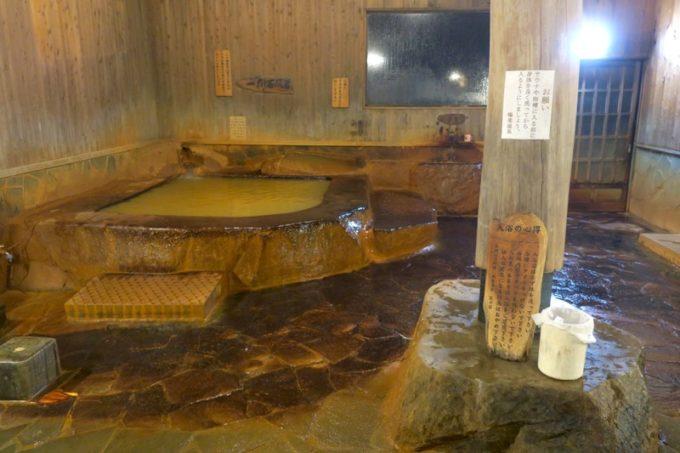宮崎「極楽温泉 匠の宿」一彫石風呂は20トンの石をくり抜いて湯船にしたもの。