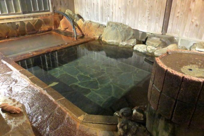 宮崎「極楽温泉 匠の宿」の水風呂と炭酸泉。