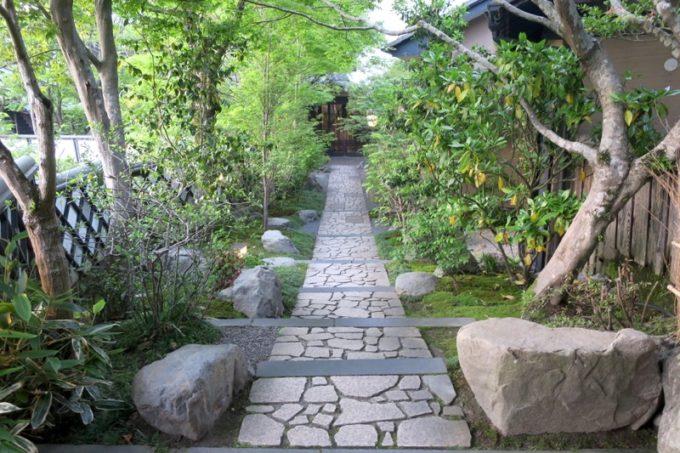 宮崎「極楽温泉 匠の宿」の玄関まで伸びる石畳と和の風情。