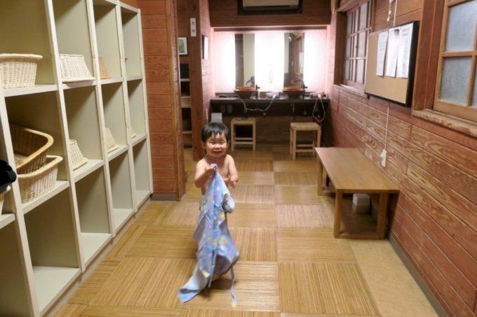 宮崎「極楽温泉 匠の宿」湯上りで浴衣に袖を通そうとするお子サマー。