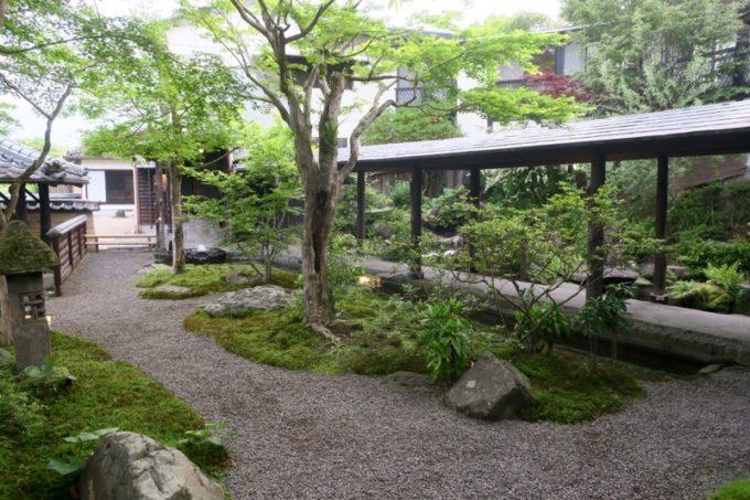 宮崎「極楽温泉 匠の宿」庭園と客間に続く通路