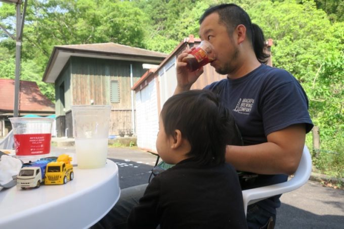 「宮崎ひでじビール」のゴールデンウィークBBQビアテラスの屋外席でビールを飲む。