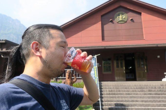 「宮崎ひでじビール」のゴールデンウィークBBQビアテラスで樽生ビールを飲むご主人サマー