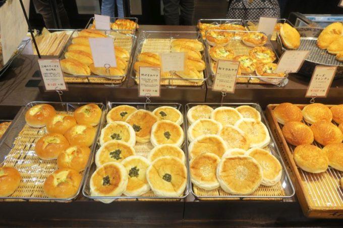 熊本・東区健軍のベーカリー「スキダマリンク」三種のチーズと極上明太(160円)、野沢菜おやき(180円)、鮭マヨおやき(170円)、チーズフォンデュ(160円)など。