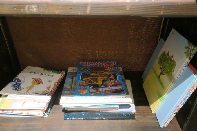沖縄市・パルミラ通り「スパイスカレーパルミラ(SPICECURRY PALMYRA)」にある本棚
