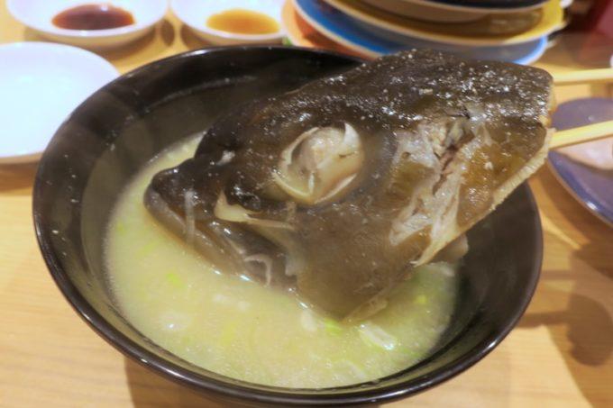 宮崎「寿司虎」かんぱちの頭が入ったあら汁(240円)